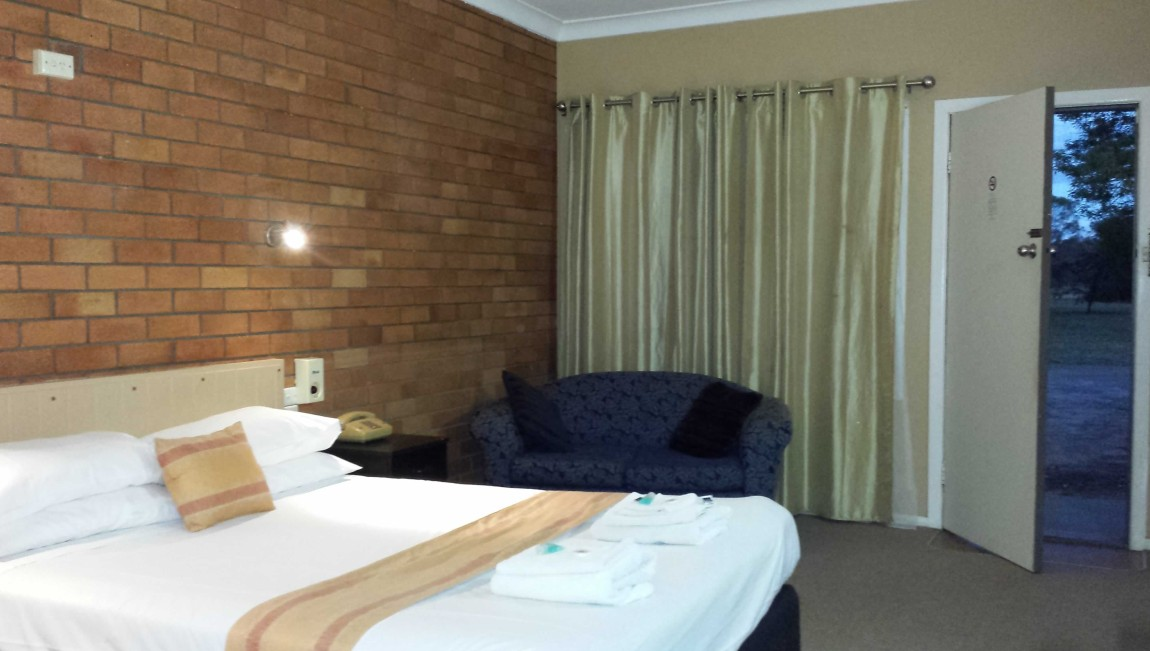 AA Hilldrop Motor Inn - Foster Accommodation