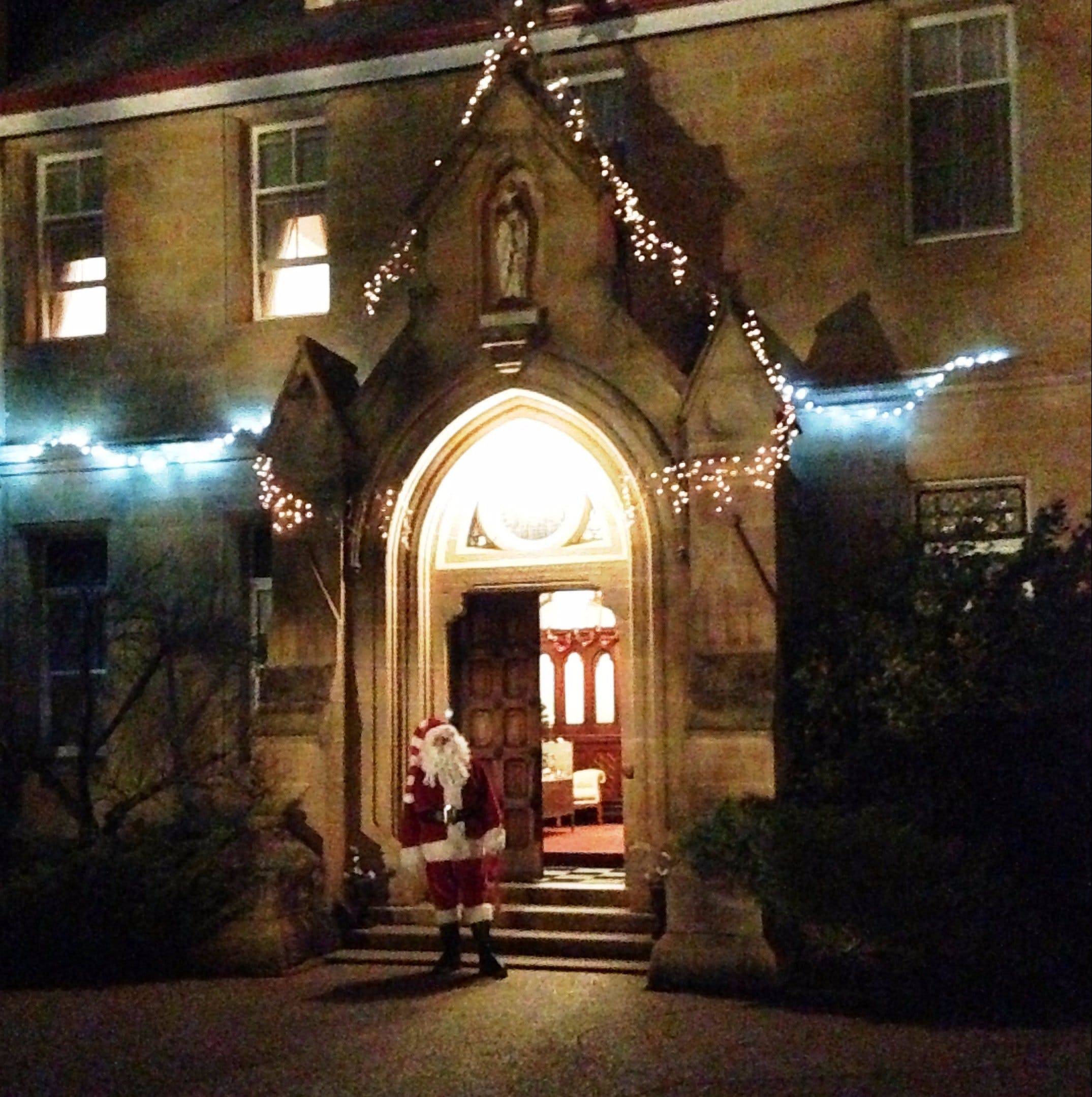 Abbey of the Roses - Christmas in July - Foster Accommodation